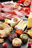 Salami del Antipasto y disco del abastecimiento del queso Fotografía de archivo