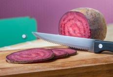 Salami des strengen Vegetariers, scherzende Scheiben der roten roter Rübe Lizenzfreies Stockfoto