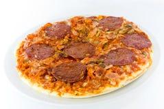 Salami die op wit wordt pizza-geïsoleerdz Royalty-vrije Stock Foto's