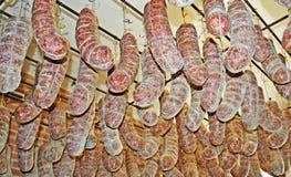 Salami, die von der Decke hängt Stockfotos