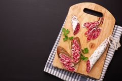 Salami en brood op zwarte achtergrond Hoogste mening Stock Foto