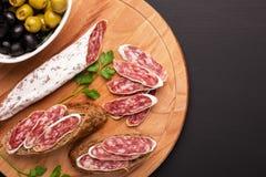 Salami en brood op zwarte achtergrond Hoogste mening Royalty-vrije Stock Afbeeldingen