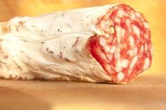 Salami en el trencher de madera Imagenes de archivo