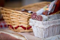 Salami fait maison traditionnel dans le panier sur le marché à vendre Image stock