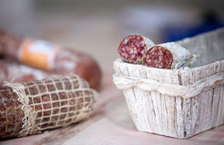 Salami fait maison traditionnel dans le panier sur le marché à vendre Images libres de droits