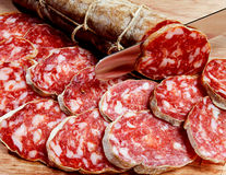 Salami frais coupé en tranches photo libre de droits