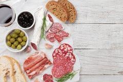 Salami, ham, worst, prosciutto en wijn royalty-vrije stock foto