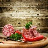 Salami italiano com faca Fotos de Stock Royalty Free