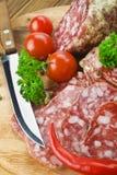 Salami italiano com faca Fotografia de Stock Royalty Free