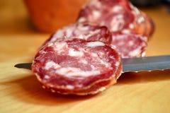 Salami italiano cortado imagem de stock royalty free