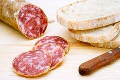 Salami italien coupé en tranches Photographie stock libre de droits