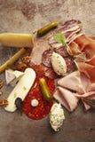 Salami, jamón cortado y quesos foto de archivo