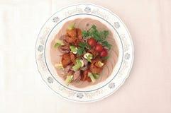 Salami met salade Stock Afbeeldingen