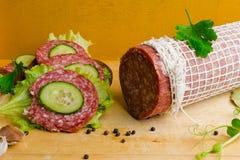 salami met sandwich Stock Afbeeldingen