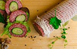 salami met sandwich Stock Afbeelding