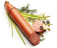 Salami met ui, dille, olijf en pastei wordt verfraaid die Royalty-vrije Stock Afbeeldingen