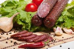 Salami mit Kopfsalat und Tomaten stockfotos