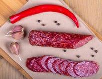 Salami mit Paprika und Knoblauch Stockbild