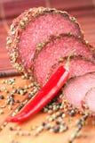 Salami mit Paprika und Pfeffer lizenzfreie stockbilder