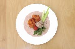 Salami mit Salat lizenzfreies stockfoto