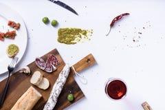 Salami, olives et baguette Casse-croûte espagnol traditionnel de fuet Abo Images libres de droits
