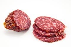 Salami op een witte achtergrond wordt geïsoleerd die Stock Fotografie