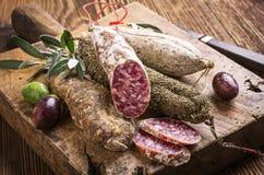 Salami op houten raad royalty-vrije stock afbeeldingen