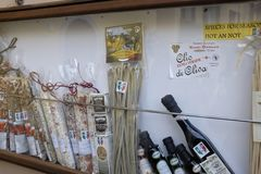 Salami, pasta och olja på skärmyttersida en shoppa i Bellagio arkivfoton