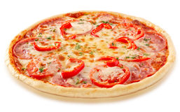 Salami pizza z pomidorami i czerwonym pieprzem zdjęcie stock
