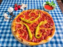 Salami pizza z zielonym gorącym pieprzem zdjęcie stock