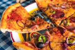 Salami pizzy zakończenie up zdjęcie stock