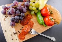 Salami, raisin et légumes Photographie stock libre de droits