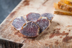Salami secado hecho en casa cortado de la carne y toscano italiano cortado del pecorino del queso duro Fotografía de archivo libre de regalías