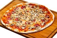Salami, setas y vehículo-ISO grandes de la pizza del partido Fotos de archivo libres de regalías