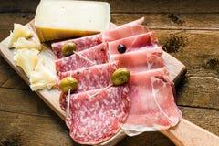 Salami-, skinka- och ostuppläggningsfat med oliv Royaltyfria Bilder