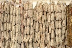 Salami som är utsatt i en gastronomisk festival i byn av Iseo Royaltyfri Foto