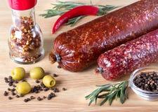 Salami sur la table de cuisine en bois Photographie stock