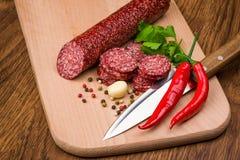 Salami sur une table en bois Photos stock