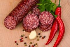 Salami sur une table en bois Image stock