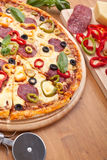Salami-und Gemüse-Pizza Lizenzfreie Stockfotografie