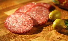 Salami und Oliven. Geschmackvolle Scheiben. lizenzfreies stockbild