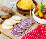 Salami y queso ahumado para los tapas Fotos de archivo