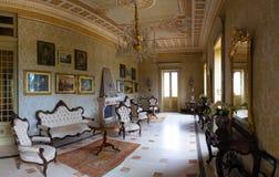 Salamina Italien - 6 05 2018: Inre av den gamla lilla slotten Masseria Salamina Caramia i Puglia, Italien Royaltyfri Bild