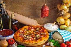 Salamipizza Stockfoto