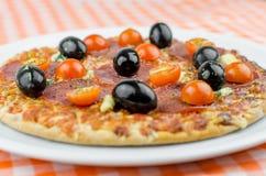 Salamipizza med oliv och nya Cherry Tomatoes Royaltyfri Bild
