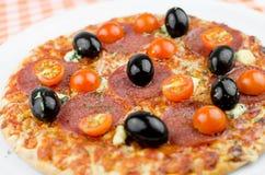 Salamipizza med oliv och nya Cherry Tomatoes Arkivbilder