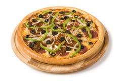 Salamipizza med olivpeppar och grönsaker Arkivbild