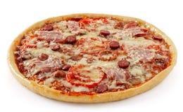 Salamipizza med tomater Fotografering för Bildbyråer