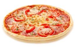 Salamipizza med tomater och röd peppar Arkivfoto