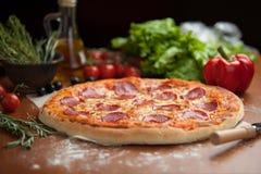 Salamipizza på tabellen arkivfoton